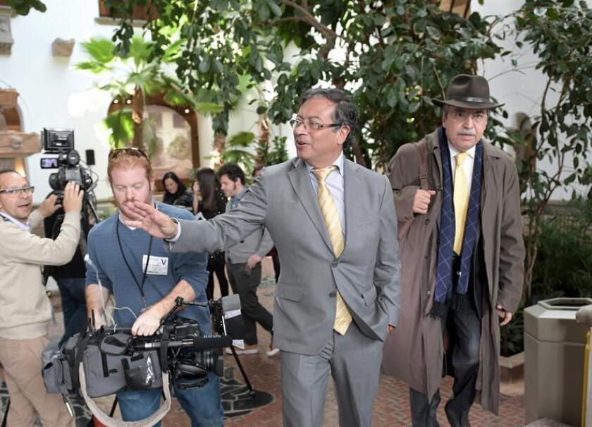 El candidato presidencial colombiano Gustavo Petro sale de la sede de la Organización de Estados Americanos (OEA) tras celebrar una reunión con su secretario general, Luis Almagro, hoy, jueves 8 de marzo de 2018, en Washington, DC (EE.UU). EFE