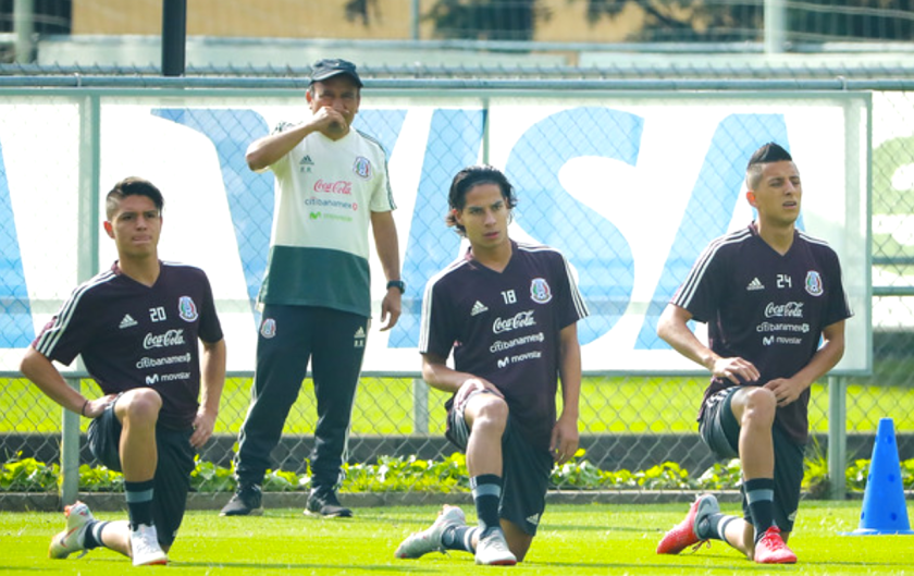 Los prometedores Diego Lainez (c) y Roberto Alvarado (d) en una sesión del selecccionado mexicano.