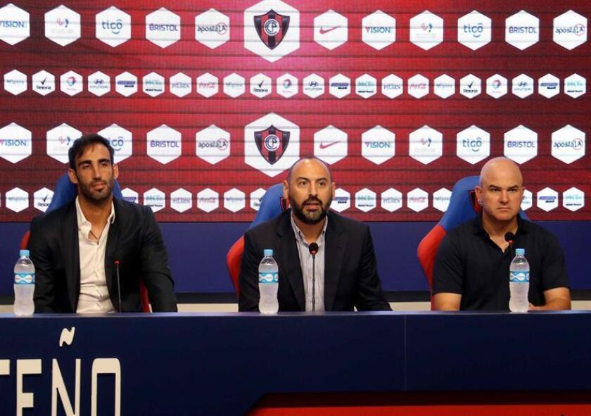 El nuevo presidente de Cerro Porteño, Raul Zapag (c), junto al entrenador Ferando Jubero (d), y el gerente deportivo, Roberto Nanni (i), habla en conferencia de prensa en la sede el Club Cerro Porteño, en Asunción (Paraguay). EFE