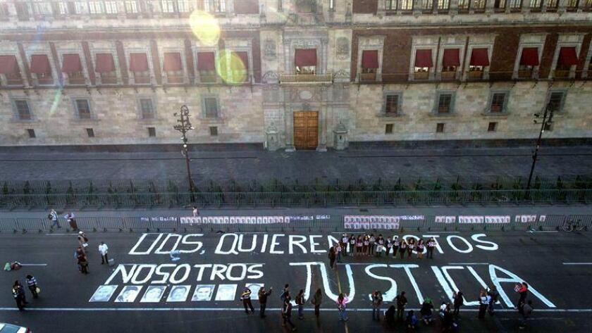 Comunicadores protestan por el asesinato de periodistas en este país hoy, viernes 1 de junio de 2018, frente a Palacio Nacional, en Ciudad de México (México). EFE