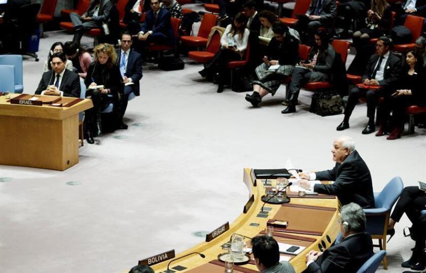 Riyad Mansour (dcha), observador permanente de Palestina ante la ONU, da un discurso tras la votación de la resolución que le pedía dar marcha atrás al reconocimiento de Jerusalén como capital de Israel y al traslado de su embajada a la ciudad, durante una reunión del Consejo de Seguridad de Naciones Unidas, en la sede de la ONU en Nueva York, Estados Unidos, hoy, 18 de diciembre de 2017. EFE