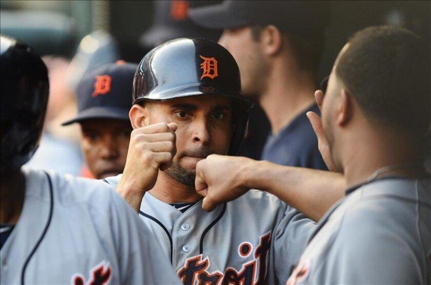 El jugador Omar Infante (c) de los Detroit Tigers celebra en la banca tras anotar. EFE/Archivo