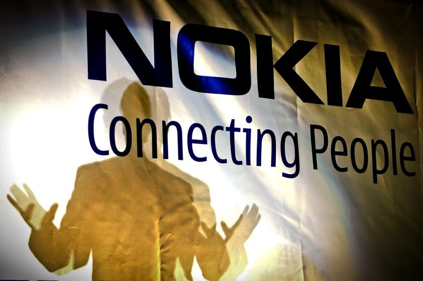 ARCHIVO - el gerente general de la fábrica de Nokia en Rumania, John Guerry,