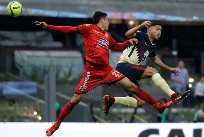 Bruno Valdez (d) del América disputa el balón con Eduardo Tercero (i) de Lobos BUAP, durante el juego correspondiente a la jornada 5 del torneo mexicano de fútbol celebrado en el estadio Azteca de Ciudad de México (México). EFE