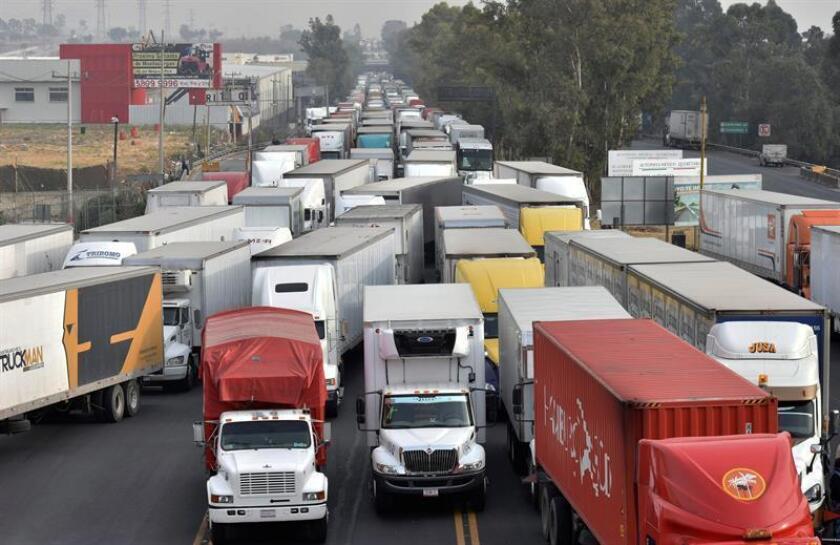 Fotografía de archivo del 6 de abril de 2016, de cientos de camiones que bloquean el accesos a Ciudad de México (México), en protesta por las restricciones a la circulación impuestas por la elevada contaminación. EFE