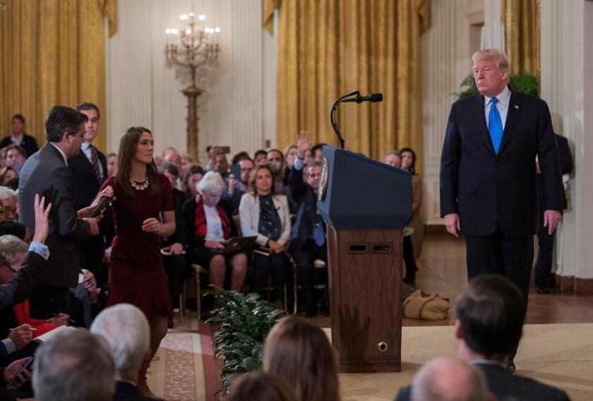 El presidente estadounidense, Donald Trump (d), increpa a Jim Acosta (i), corresponsal de la CNN en la Casa Blanca, durante una rueda de prensa en la Casa Blanca, en Washington (Estados Unidos), hoy, 7 de noviembre de 2018. EFE