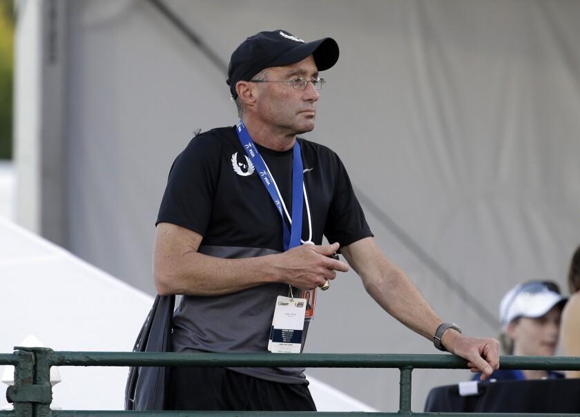 ARCHIVO - En imagen de archivo del 25 de junio de 2015, el entrenador de Alberto Salazar