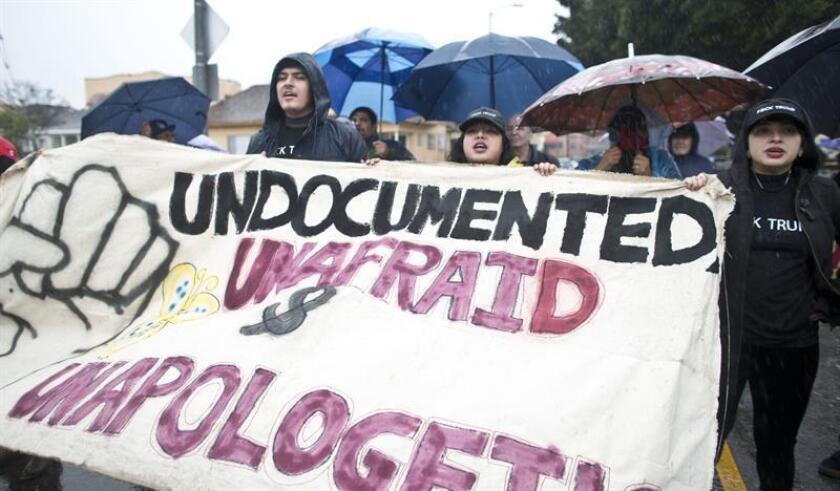 Con un cartel que dice: ''Indocumentado, sin miedo, y sin disculpas'' varios jóvenes protestan. EFE/Archivo