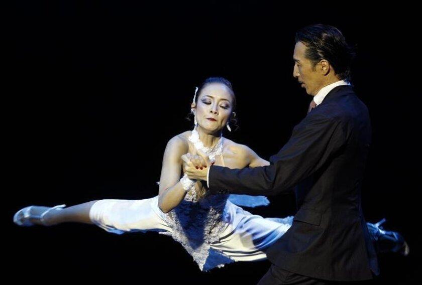 La pareja Genta Nakazawa y Manabu Kato de Japón durante la ronda final del Campeonato Mundial de Tango en la categoría escenario en el Estadio Luna Park de Buenos Aires (Argentina). EFE/Archivo
