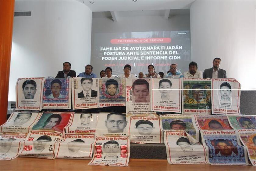 Familiares de los 43 estudiantes desaparecidos de Ayotzinapa en una rueda de prensa, la semana pasada, en la que fijaron su postura ante la sentencia del poder judicial y el informe de la Comisión Interamericana de Derechos Humanos (CIDH) en Ciudad de México (México). EFE/Archivo