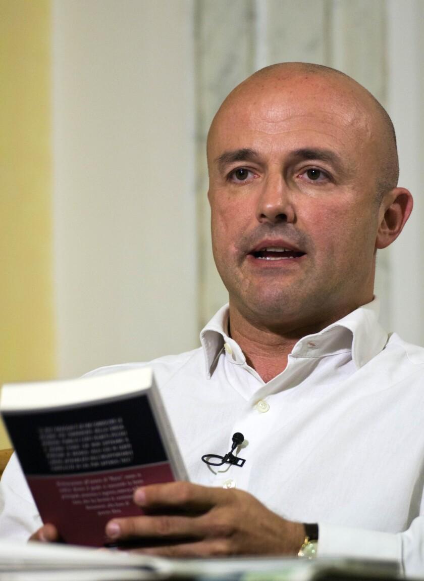 En esta imagen de archivo, tomada el 30 de mayo de 2012, Gianluigi Nuzzi, el periodista de investigación que publicó un libro con documentos vaticanos filtrados. (Foto AP/Domenico Stinellis, archivo)