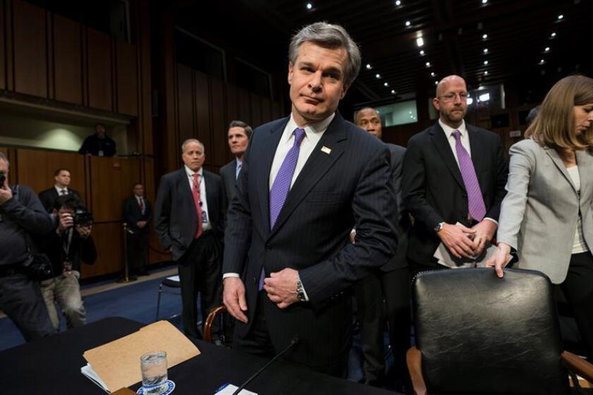 El director del Buró Federal de Investigación (FBI), Christopher Wray, se prepara para testificar ante el Comité anual de Inteligencia del Senado, en Washington, EE.UU., el 13 de febrero del 2018. EFE