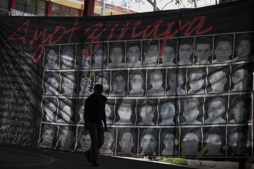 Son casi dos años, con sus 730 días y sus dolorosas noches, los que llevan los padres de los 43 desaparecidos de Ayotzinapa buscando a sus hijos con la esperanza de hallarlos con vida mientras se enfrentan a un dolor que no puede posarse por las gigantes incógnitas que siguen corroyendo el caso.