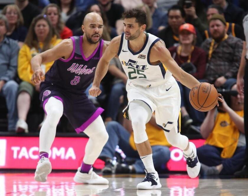 El escolta de los Jazz de Utah, Raul Neto (d) en acción contra el escolta de los Timberwolves de Minnesota, Jerryd Bayless (i), durante un partido de baloncesto de NBA entre Utah Jazz y Minnesota Timberwolves este jueves en el Vivint Smart Home Arena de la ciudad de Salt Lake City,Utah (EE.UU.). EFE