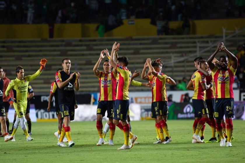 Jugadores de Morelia festejan triunfo con su afición al termino del encuentro ante Santos. EFE/Archivo