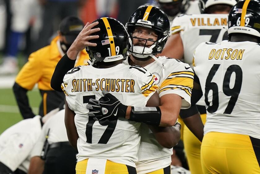 Pittsburgh Steelers wide receiver JuJu Smith-Schuster celebrates with quarterback Ben Roethlisberger.