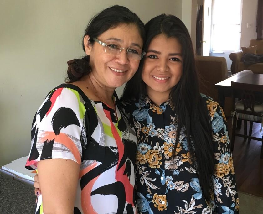 Ana García, a la izquierda, y su hija Génesis Amaya, posan en su casa de Valley Stream, en Nueva York. Amaya es una de los primeros 368 jóvenes que ha llegado legalmente a Estados Unidos a través de un nuevo programa de refugiados que busca contener la ola de menores centroamericanos que intenta ingresar ilegalmente a Estados Unidos, a menudo no acompañados. (Foto AP/Claudia Torrens)