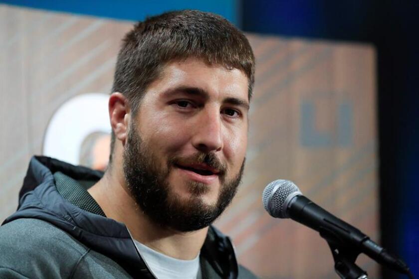 El central de Falcons Alex Mack responde a preguntas de periodistas el 30 de enero de 2017, durante la inauguración del Superbowl 2017, en el estadio Minute Maid de Houston, Texas (EE.UU.). EFE