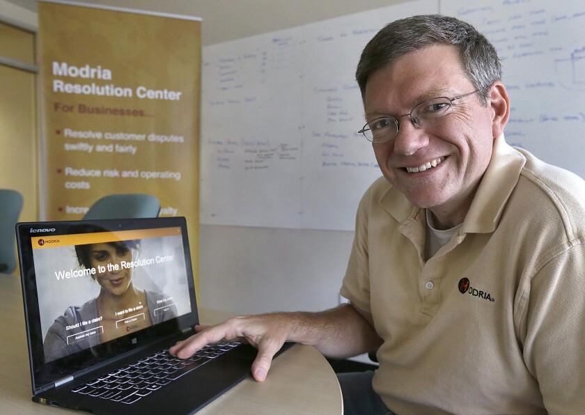 Colin Rule, director ejecutivo de Modria, posando con el programa de resolución de casos jurídicos de su compañía en su laptop, en la sede de la empresa, en San José, California.