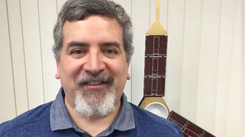 Edward Hirst nació en ciudad de Guatemala en 1970 y se mudó a Estados Unidos para estudiar ingeniería aeroespacial en la Universidad de Texas.