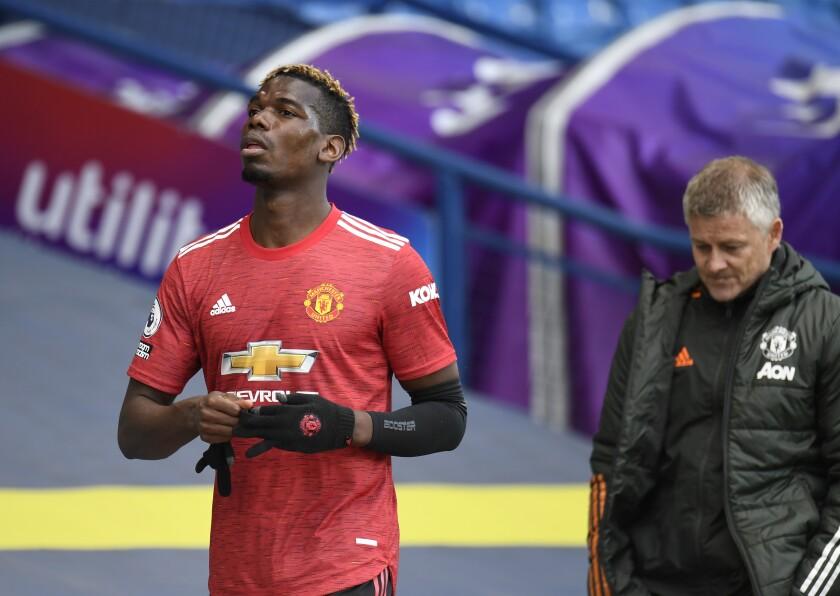 El volante Paul Pogba y el técnico Ole Gunnar Solskjaer del Manchester United