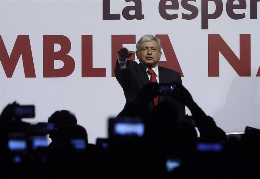 Andrés Manuel López Obrador habla durante su toma de protesta como candidato presidencial por el partido Movimiento Regeneración Nacional (Morena) hoy, domingo 18 de febrero de 2018, durante la Asamblea Nacional Electiva, en Ciudad de México (México). EFE