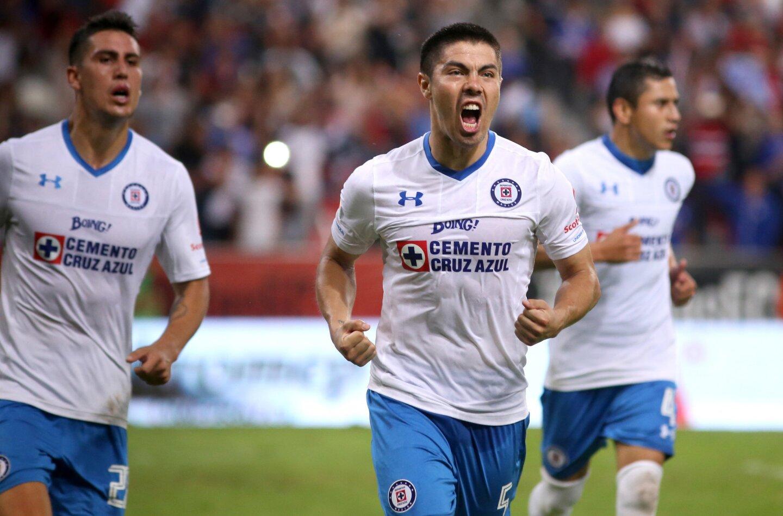 Francisco Silva (c), del Cruz Azul, celebra su anotación de penalti sobre el Atlas en el minuto 90, en juego de la jornada 7 del fútbol mexicano, en el estadio Jalisco en Guadalajara (México).