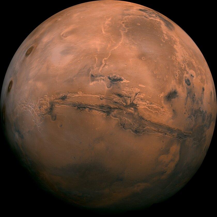 En esta imagen difundida por la NASA se ve el planeta Marte. El presidente Barack Obama buscó el martes 11 de octubre de 2016 revitalizar su llamado para que Estados Unidos envíe humanos a Marte en la década de 2030, lo que resalta las crecientes sociedades entre el gobierno de Estados Unidos y las compañías comerciales para desarrollar una nave espacial capaz de realizar esa misión extraterrestre. (NASA via AP)