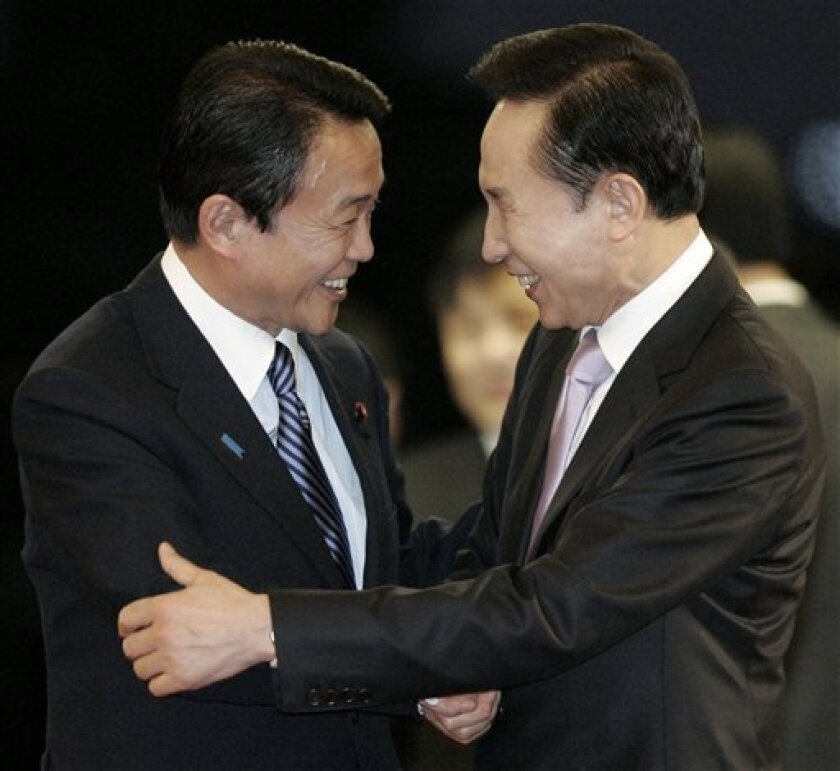 South Korean President Lee Myung-bak, right, meets with Japanese Prime Minister Taro Aso before their dinner at the presidential house in Seoul, South Korea, Sunday, Jan. 11, 2009.(AP Photo/Ahn Young-joon. Pool)