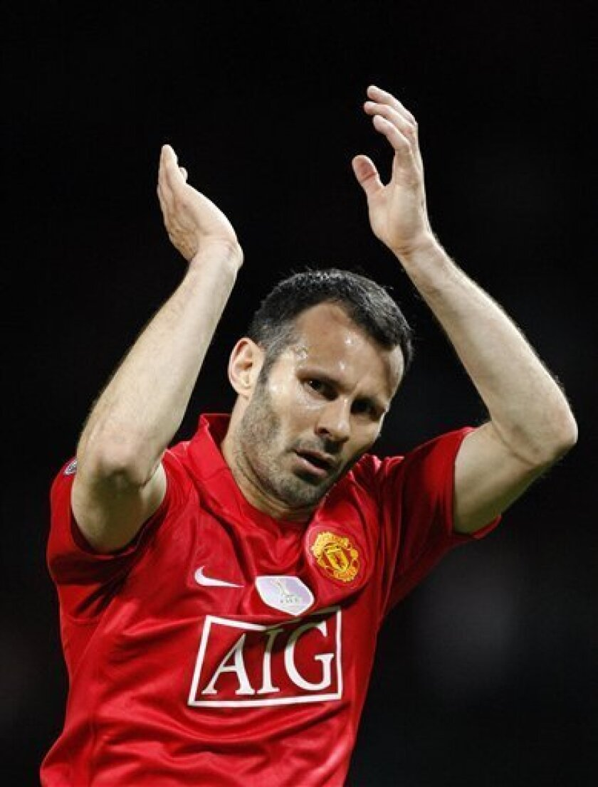 Manchester United's Ryan Giggs reacts after their Champions League semifinal, first leg, soccer match against Arsenal at Old Trafford Stadium, Manchester, England, Wednesday, April 29, 2009. (AP Photo/Jon Super). Manchester United won the match 1-0. (AP Photo / Jon Super)