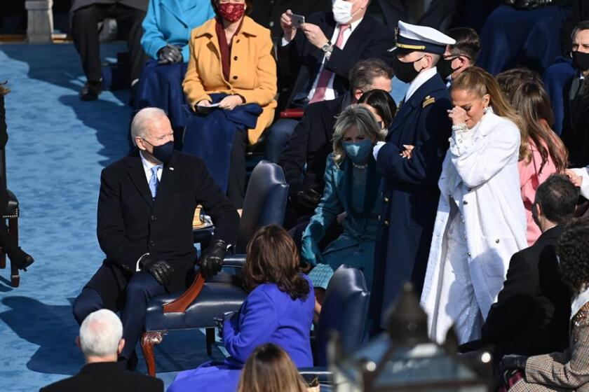 Jennifer Lopez, visiblemente conmovida, es observada por el presidente Biden