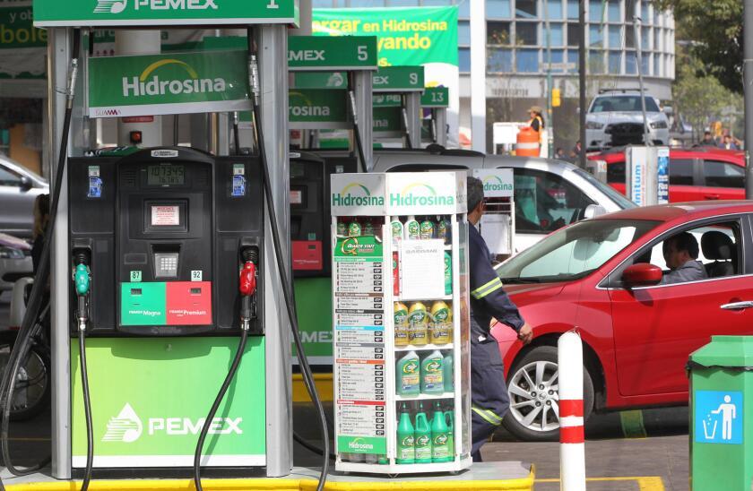 """Vista general hoy de una gasolinera en Ciudad de México (México). El consejero de la Organización Nacional de Expendedores de Petróleo (Onexpo), Roberto Díaz de León, estimó hoy que el precio de la gasolina aumentará en México en un 15 % en enero de 2017. """"En Onexpo estimamos que (el precio de la gasolina) deberá de tener un incremento de alrededor del 15 por ciento; sería irresponsable hablar de precios más bajos"""", dijo a Radio Fórmula Díaz de León. EFE/Mario Guzmán"""