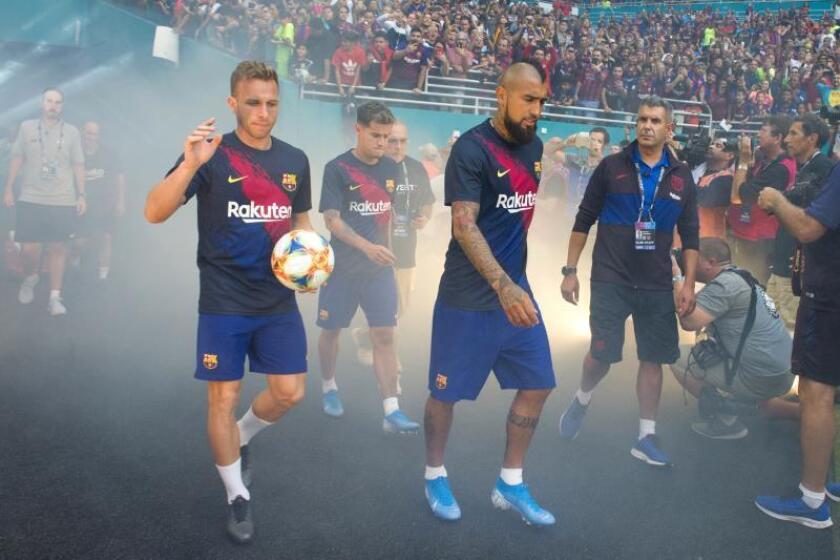 Jugadores del Barcelona español fueron registrados este miércoles al salir a la cancha del Hard Rock Stadiumm para enfrentar en partido amistoso al Nápoles de Italia, en Florida (Florida, EE.UU.). EFE/Giorgio Viera