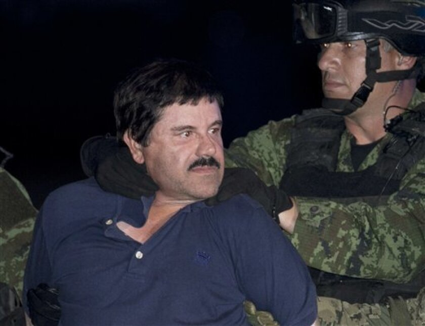 """Joaquín """"El Chapo"""" Guzmán, en la foto en el momento de una de sus aprehensiones, había delegado en sus hijos parte del control del cártel."""