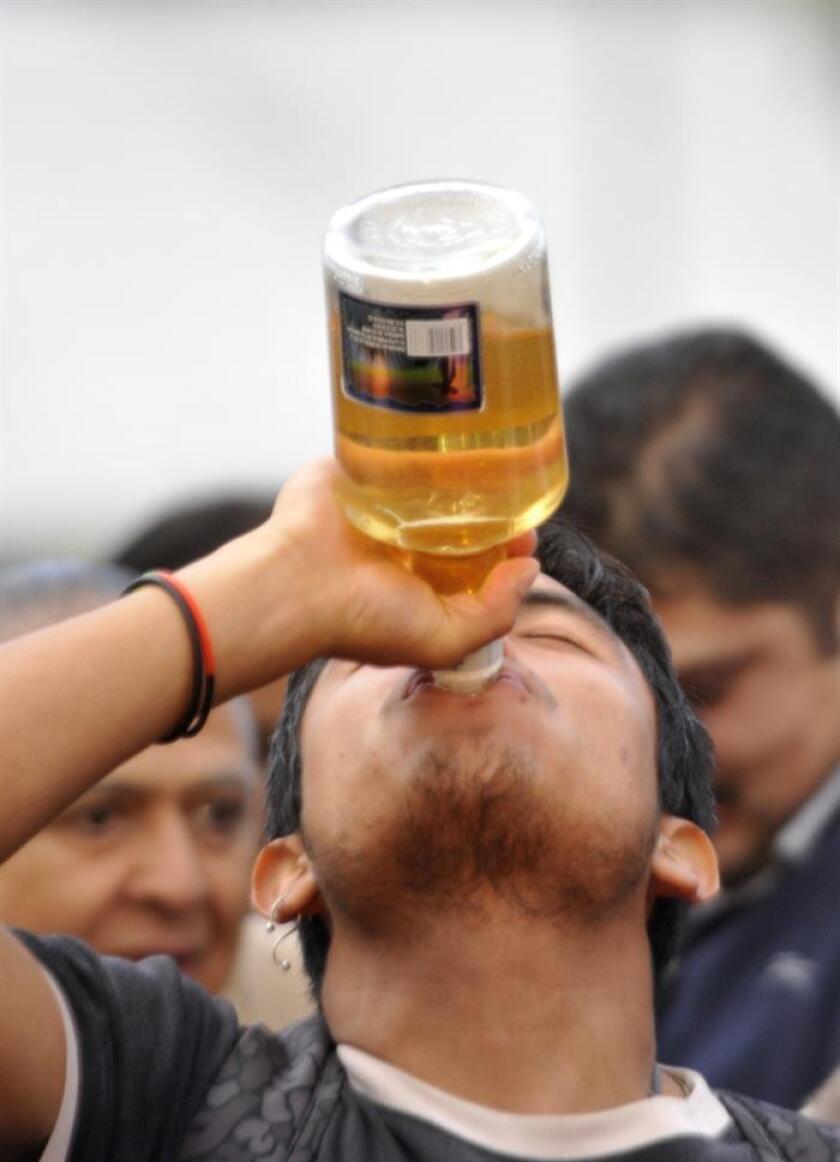 Fotografía de archivo del 5 de octubre de 2015 de un joven tomando alcohol durante una reunión en Ciudad de México (México). EFE/ARCHIVO