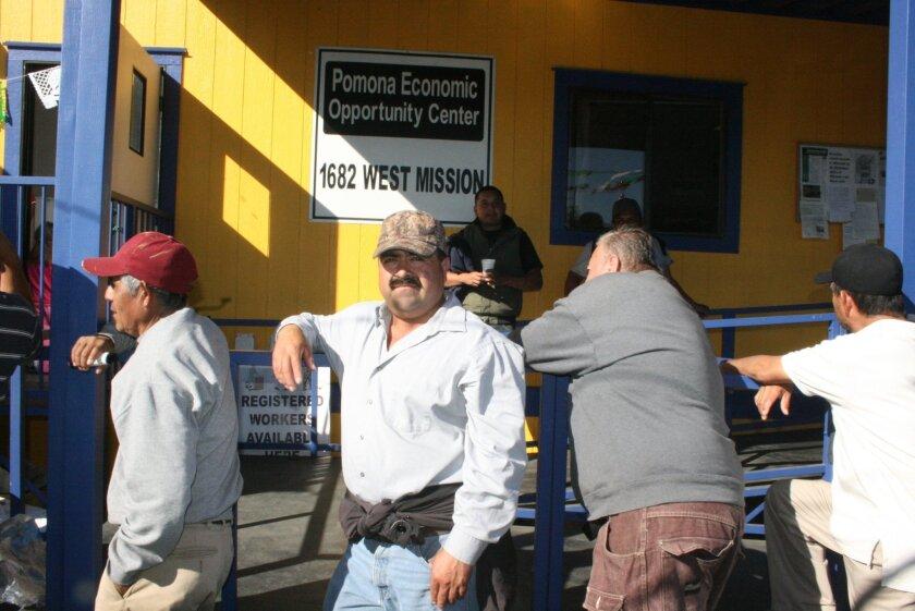 El Pomona Economic Opportunity Center, es un centro sin fines de lucro en esta ciudad donde es completamente legal que los jornaleros se congreguen en busca de empleo y donde se les permite a los empleadores contratar trabajadores. Foto: SELENE RIVERA / HOY