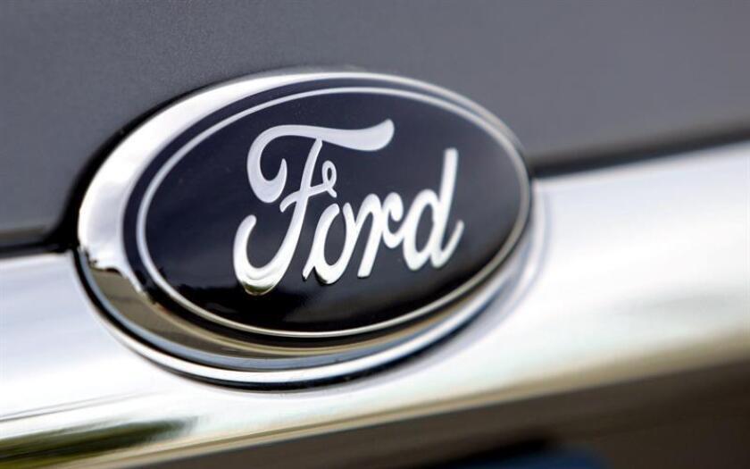 Fotografía del logo de la compañía Ford Motor en un vehículo en un concesionario de Detroit, Michigan (EE.UU.). EFE/Archivo