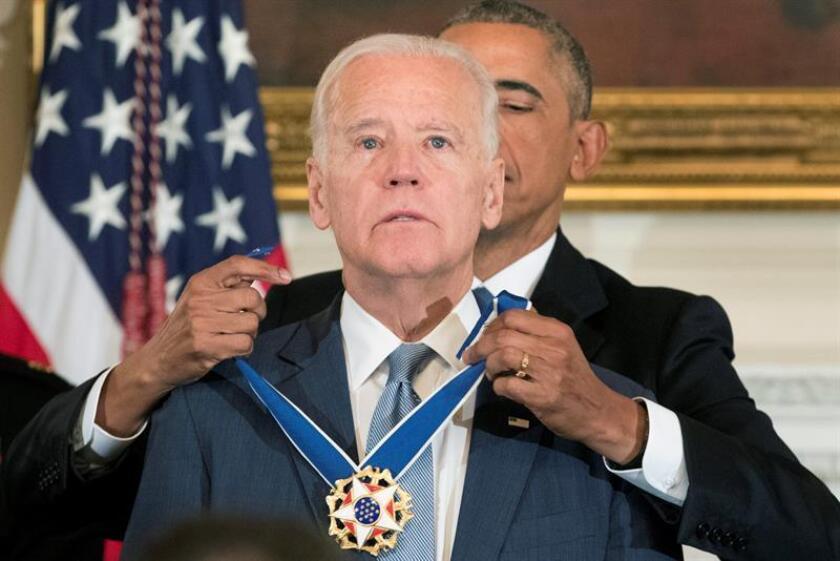 El Presidente de los Estados Unidos, Barack Obama (atrás), otorga hoy, jueves 12 de enero de 2017, la Medalla Presidencial de la Libertad al Vicepresidente de los Estados Unidos, Joe Biden (Frente), en el Comedor Estatal de la Casa Blanca, en Washington, DC, (EE.UU.). EFE