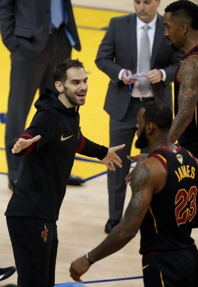 José Calderén (i) de los Cavaliers de Cleveland celebra con sus compañeros LeBron James (c) y J.R. Smith (d) durante el primer partido de la final de la NBA entre los Warriors y los Cavaliers, en Oakland, California (Estados Unidos) hoy, jueves 31 de mayo de 2018. EFE