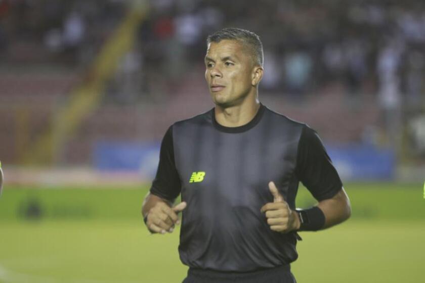 En la imagen un registro del árbitro panameño de fútbol John Pitti. EFE/Arturo Wong/Archivo