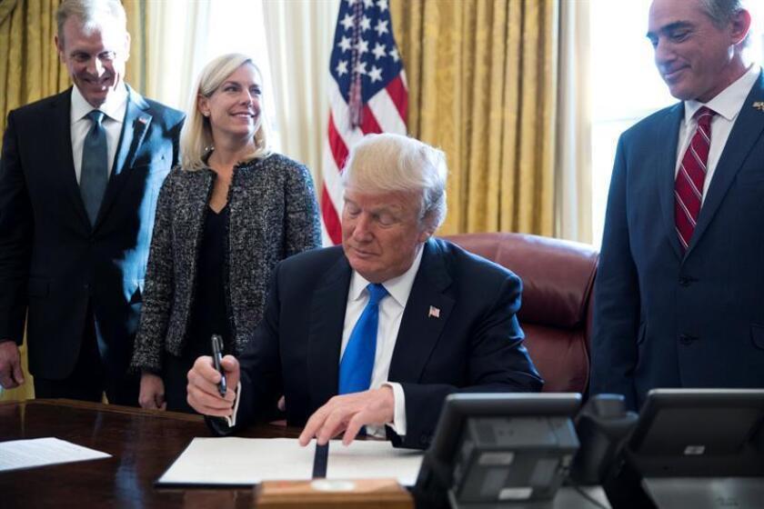El presidente de los Estados Unidos Donald J. Trump (c), acompañado por el vicesecretario de Defensa Patrick Shanahan (3-i), el secretario del Departamento de Seguridad Nacional Kirstjen Nielsen (4-i) y el secretario para Asuntos de Veteranos David Shulkin (2-d). EFE/Archivo