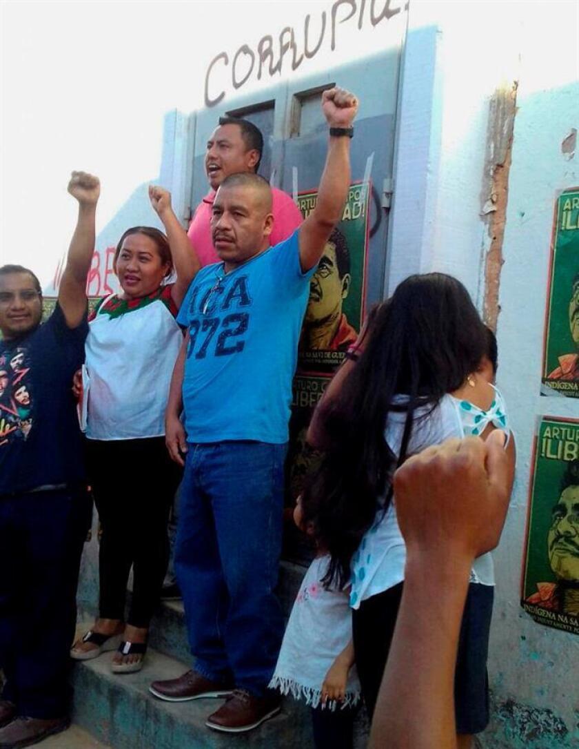 Fotografía cedida por la Organización cívica global Avaaz.org hoy, jueves 14 de diciembre de 2017, que muestra al líder indígena mexicano y defensor de derechos humanos Arturo Campos (c), después de ser declarado inocente por un tribunal del estado de Guerrero, (México). EFE/AVAAZ/SOLO USO EDITORIAL/NO VENTAS