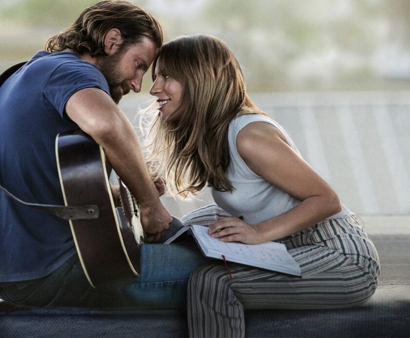 """En esta imagen difundida por Warner Bros. Pictures, Bradley Cooper, a la izquierda, y Lady Gaga en una escena de """"A Star is Born""""."""
