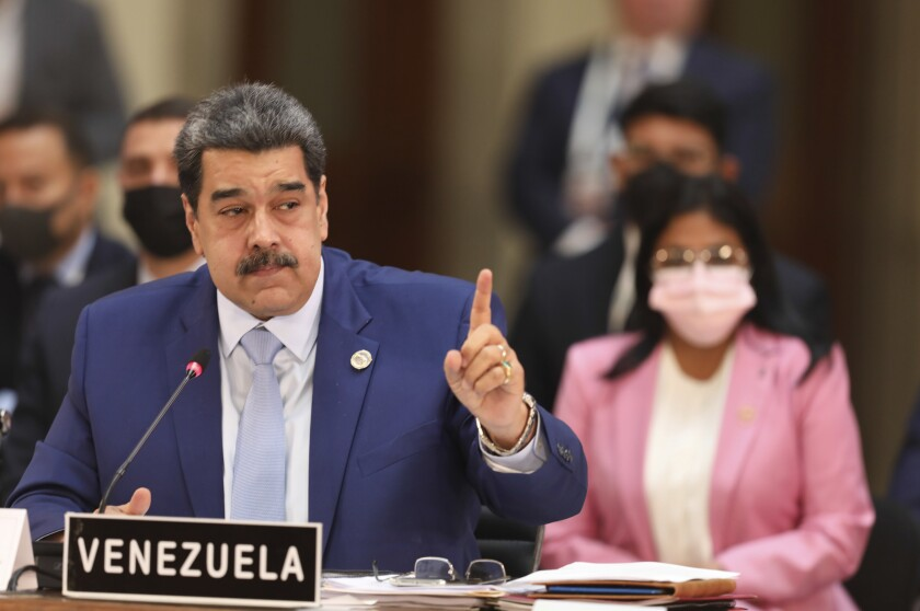 En esta fotografía proporcionada por la Oficina de Prensa de Miraflores, el presidente de Venezuela, Nicolás Maduro, habla en la Cumbre de la Comunidad de Estados Latinoamericanos y Caribeños (CELAC), el sábado 18 de septiembre de 2021, en la Ciudad de México. (Oficina de Prensa de Miraflores vía AP)