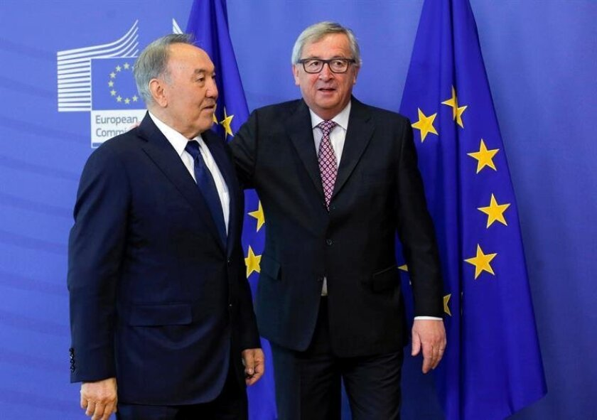 The President of the European Commission, Jean-Claude Juncker (R), greets Kazakhstan President Nursultan Nazarbayev, before their meeting in Brussels, Belgium on March 30, 2016. EFE / Olivier Hoslet