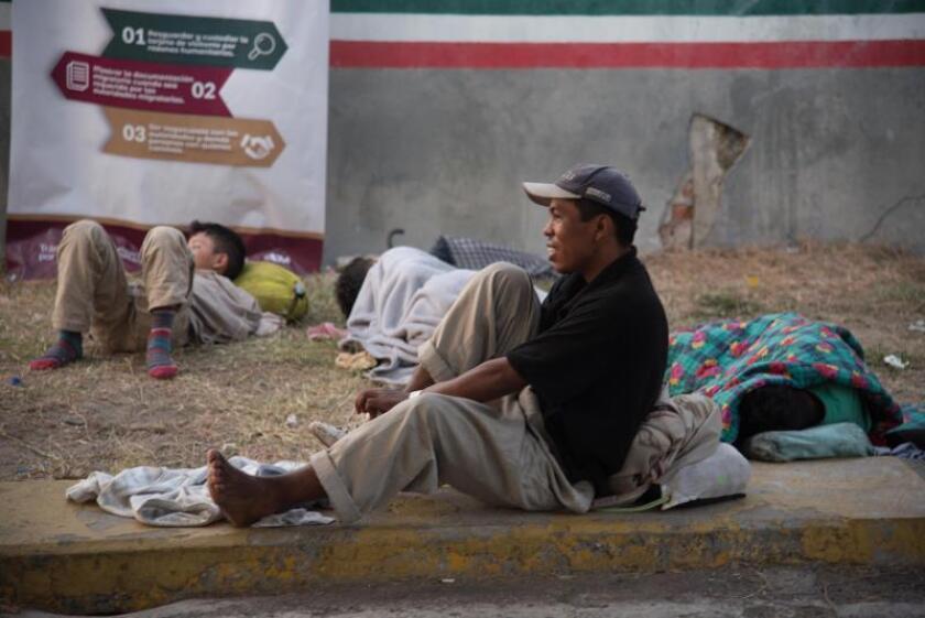 Integrantes de la caravana de migrantes descansan en el punto fronterizo de Tecún Umán (Guatemala), en espera de un contingente mayor para cruzar a territorio mexicano. EFE/Rodrigo Pardo/Archivo