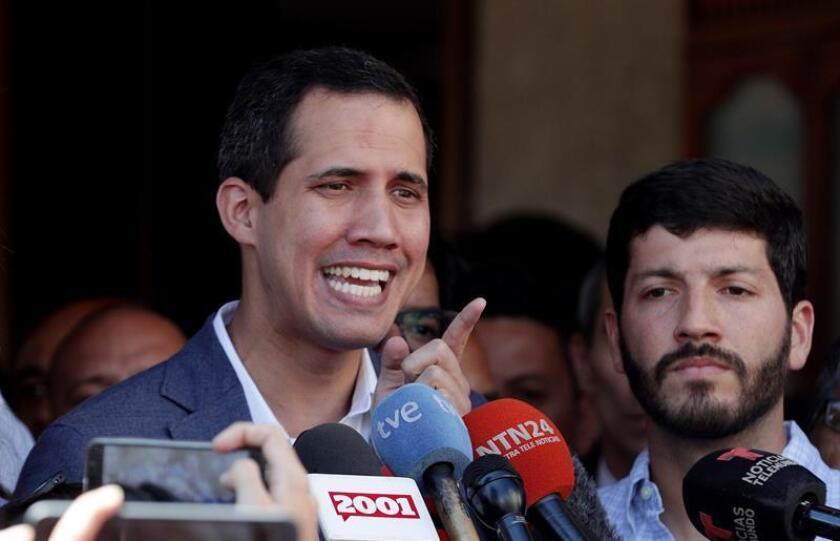 El jefe del Parlamento venezolano, Juan Guaidó, que el mes pasado se proclamó presidente encargado del país, habla ante los medios luego de asistir a una misa en Caracas (Venezuela). EFE