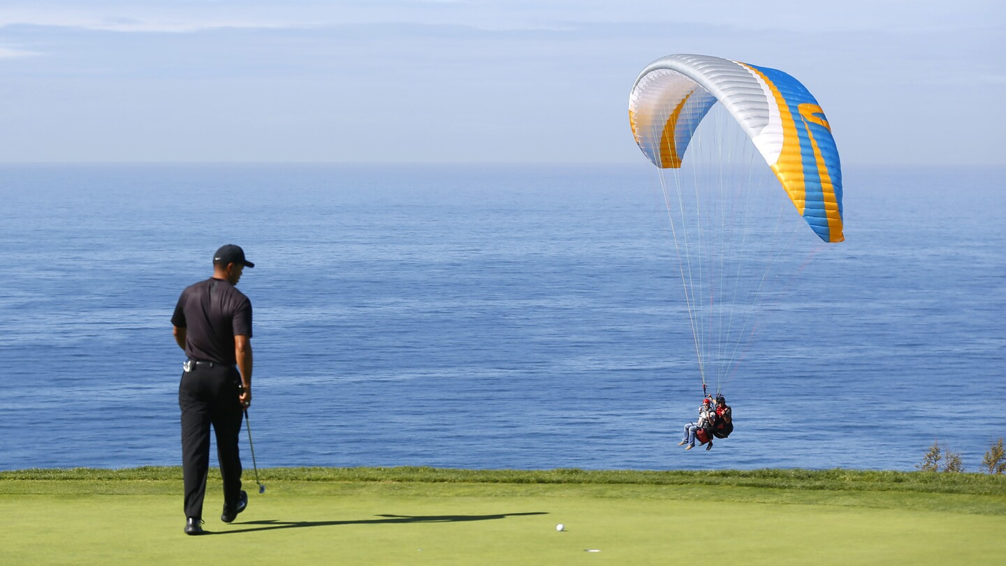 Tiger Woods lines up a putt on the 4th hole of Torrey Pines south course during the first round of the Farmers Insurance Open on January 25, 2018. (Photo by K.C. Alfred/ San Diego Union-Tribune)