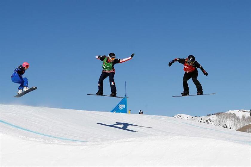 La italiana Michela Moioli (i), junto a la británica Charlotte Bankes, tercer y segundo lugar, siguen a la checa Eva Samkova (d), ganadora del del mundial de 'boardercross' de snowboard (tabla de nieve) disputado en la estación estadounidense de Solitude (Utah) este viernes. EFE