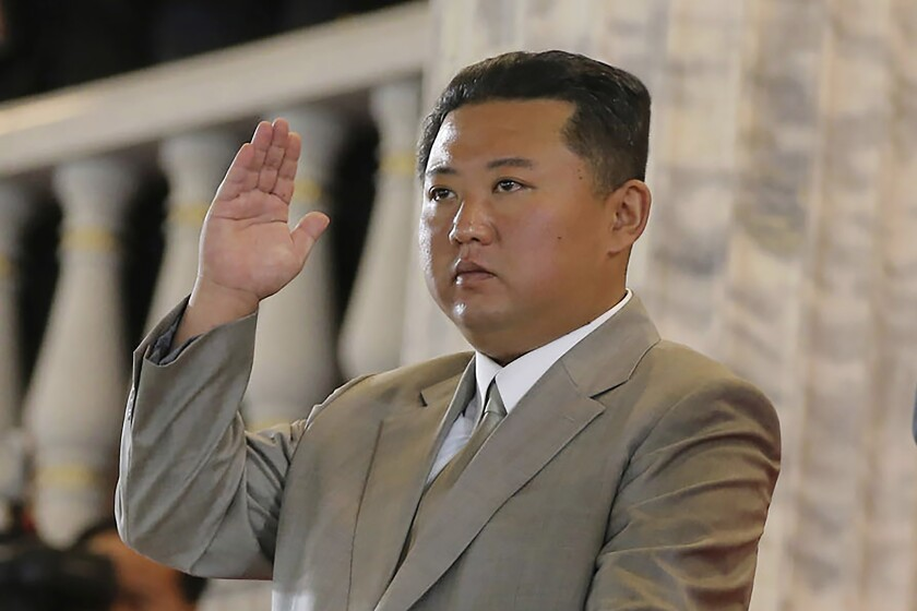 El líder de Corea del Norte, Kim Jong Un, saluda desde un balcón a las tropas formadas